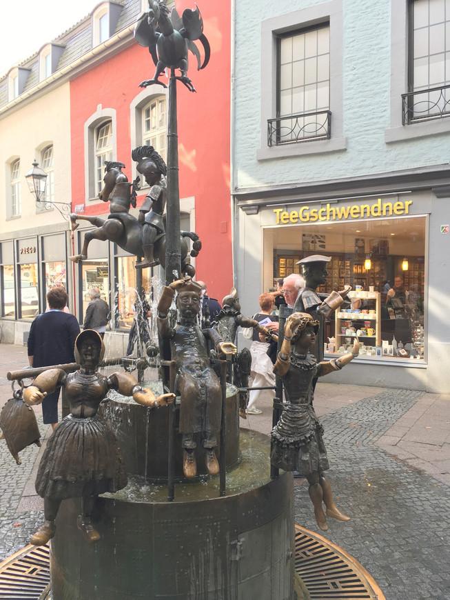 На Ратушной площади оригинальный фонтан, разумеется всем хочется потрогать фигурки.