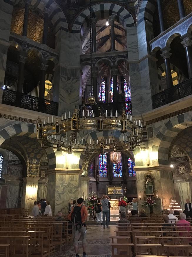 Собор посещают,  в основном, туристы, но это действующий храм.