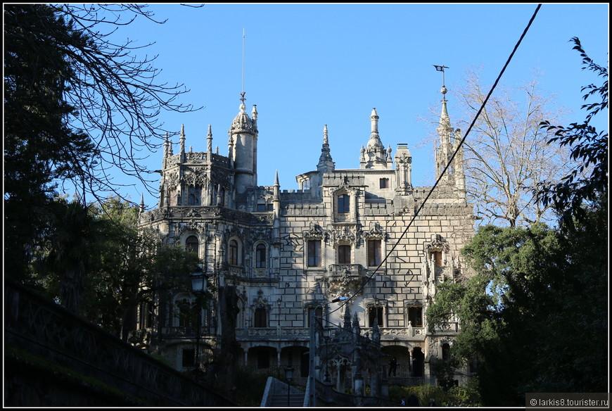 Дворец не такой уж и огромный. Его видно сразу при подходе к парку.