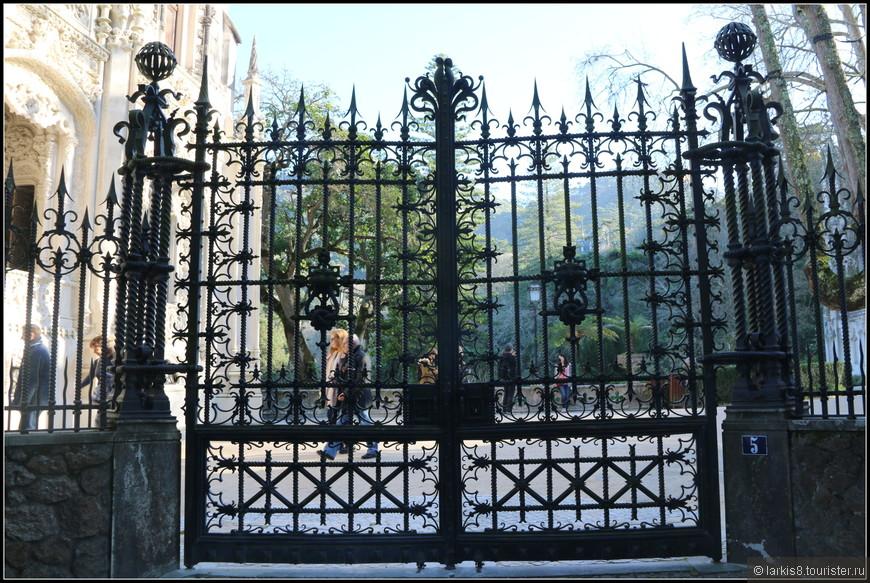 За этими ажурными воротами скрывается вход в сказку...