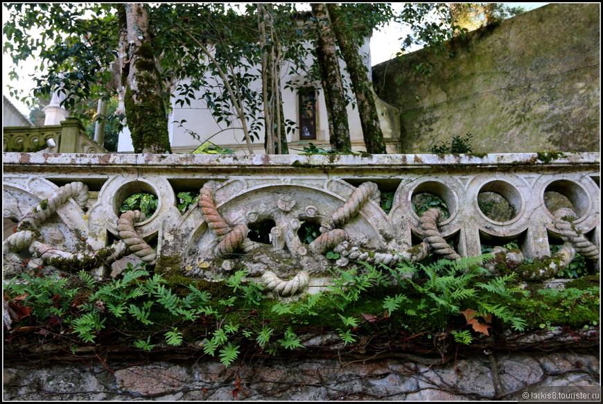 Сразу на входе вы видите элементы мануэлино - весьма своеобразного португальского стиля, в котором много морской символики, например, канатов.