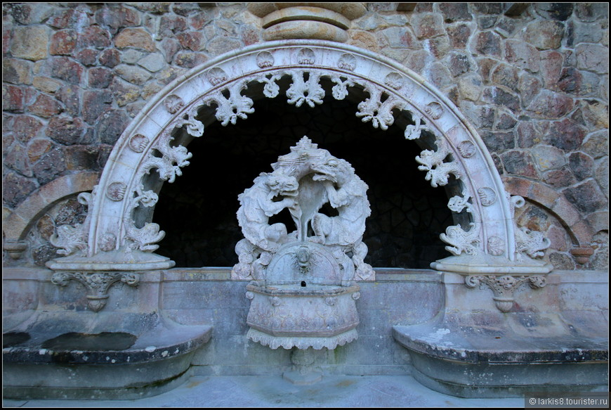 Хранители - волшебные тритоны с раковиной из которой иногда течет вода.