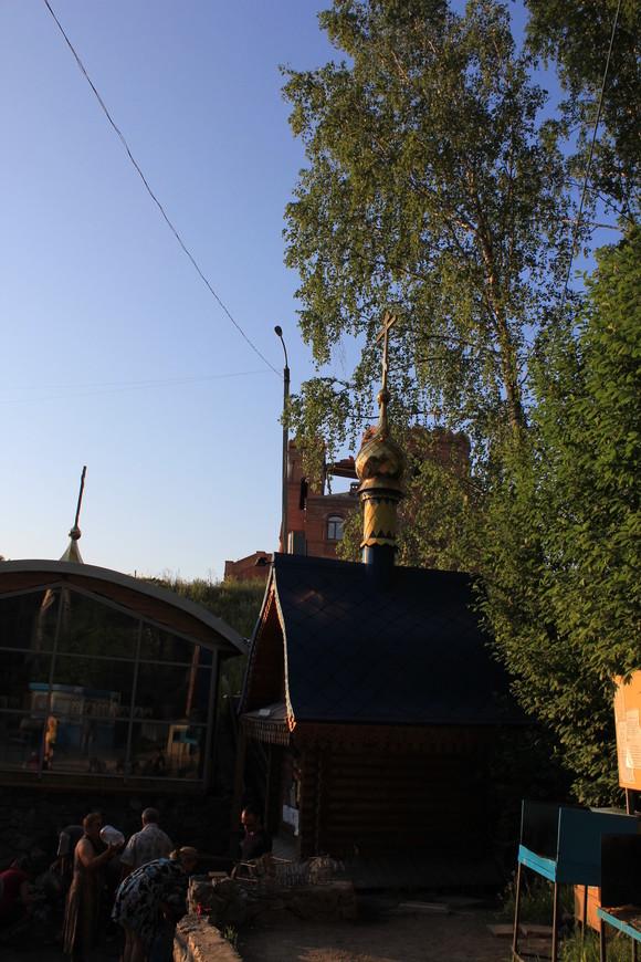 Часовенка и строящийся храм возле Святого Источника в Новосибирском районе Новосибирской области.