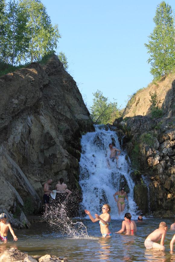 Глубина чаши устроена так,что дети играют в воде , а взрослые ныряют!