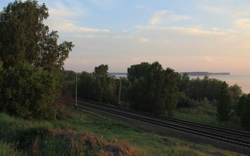 Железнодорожная ветка вдоль берега Обского водохранилища.