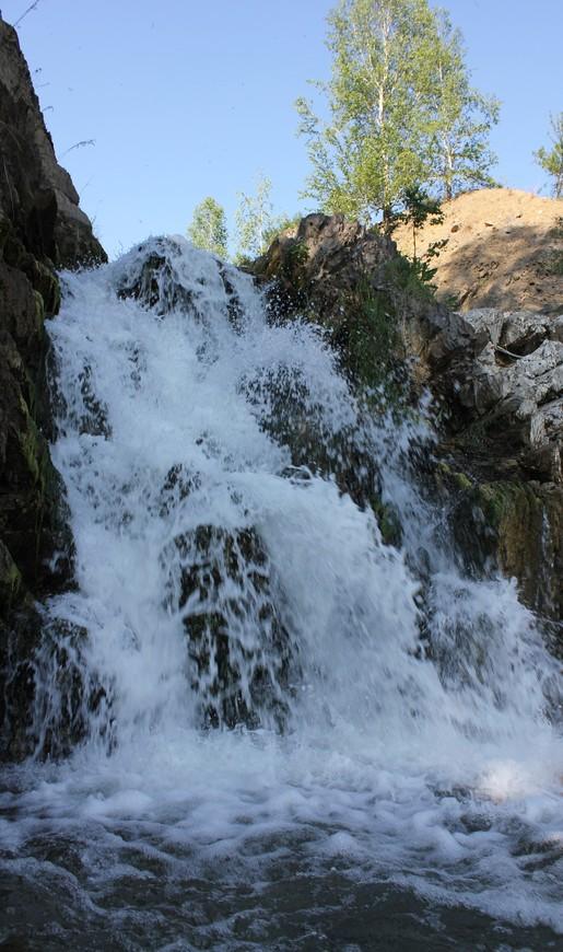 Солнечный зайчик в воде водопада.