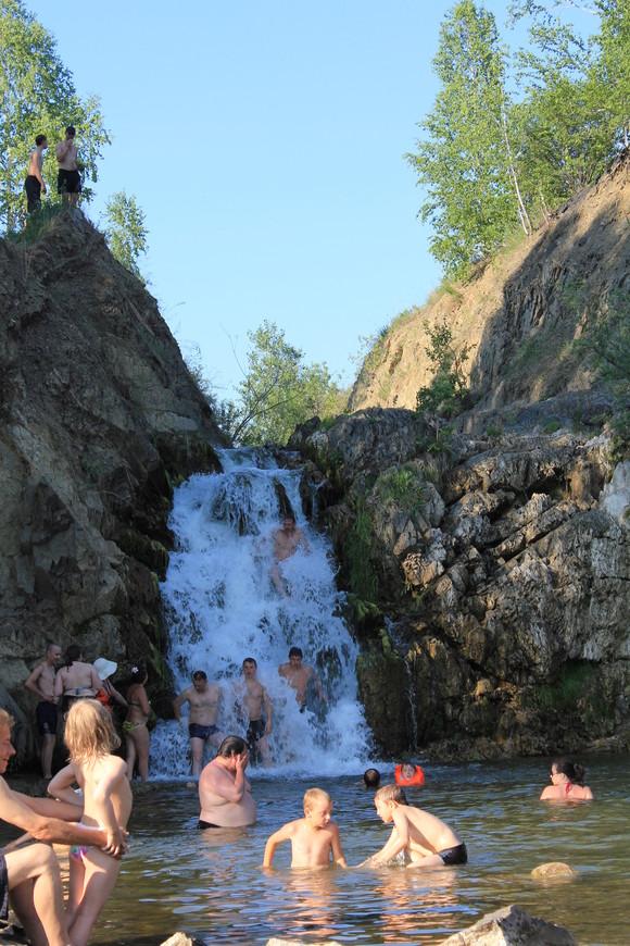 Семейный отдых на берегах водопада.