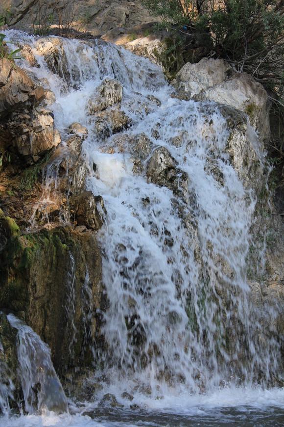 Вертикаль Беловского водопада в Искитимском районе Новосибирской области.