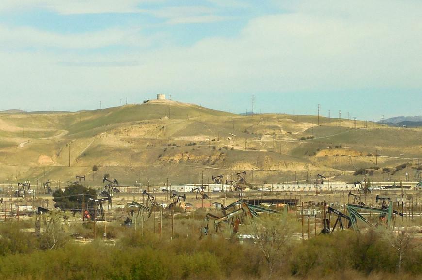 Наряду с множеством «аграрно-полевых» картинок, нам попадались и «нефтяные» пейзажи – качалки, газовые стеки, нефтепроводы…