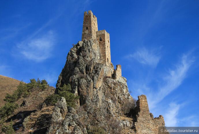 Время от времени замку грозили набеги, не говоря уж о локальных конфликтах. Но он был построен в столь удачном месте, что мог выдержать самую длительную осаду. От непрошеных гостей надежно защищали горные склоны.