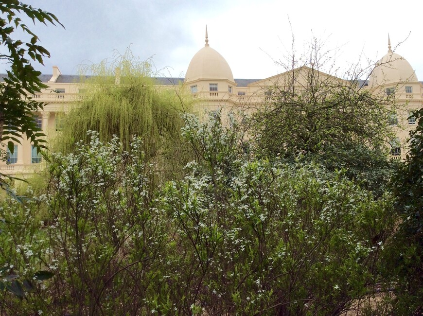 Акцент живописного английского стиля архитектуры Джона Нэша опирается на природную чувственность, разнообразие и неупорядоченность.