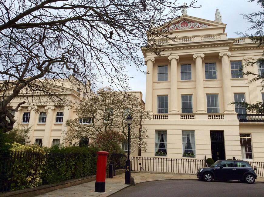 """Цветущие деревья магнолии  можно повсюду увидеть в Великобритании  в марте. Красный цилиндр - почтовый ящик. Первые в мире почтовые ящики именно этой формы появились в Великобритании в царствование Королевы Виктории с появлением первой заранее оплачиваемой почтовой марки мира, изобретённой Сэром Роландом Хиллом в 1839-ом году. Помню, как Максим Галкин в передаче """"Кто хочет стать миллионером?"""" (формат игры был заимствован из Великобритании) спросил, какая страна мира имеет право на своих марках не указывать название страны. Игрок сказал, что Люксембург. Галкин поправил, что Великобритания, но не объяснил почему..."""
