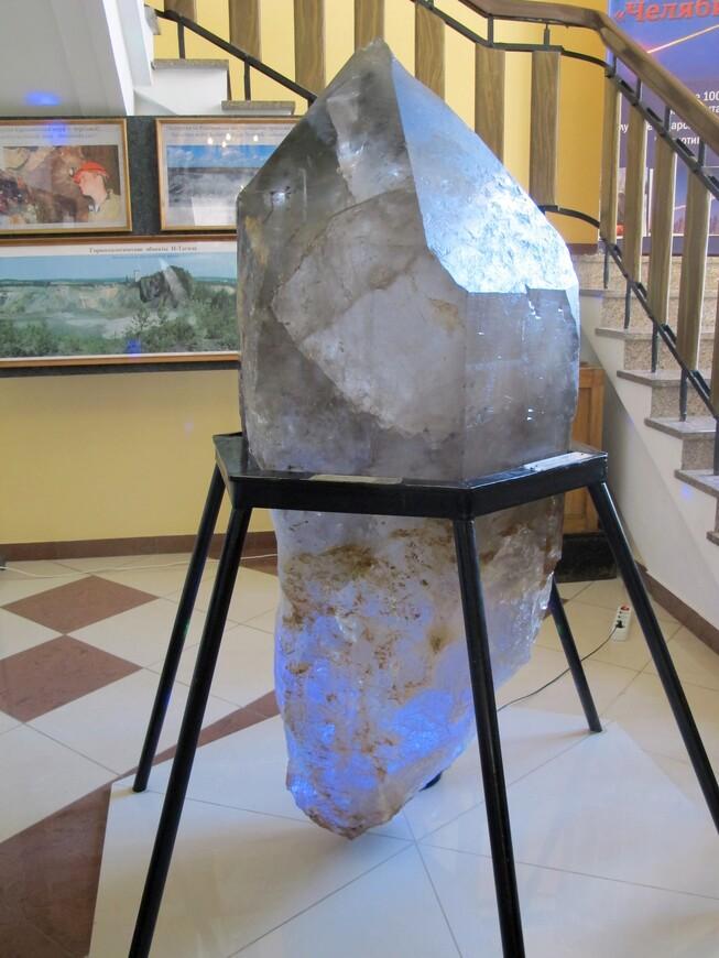 Высота кристалла  кварца 170 см, вес 784 кг
