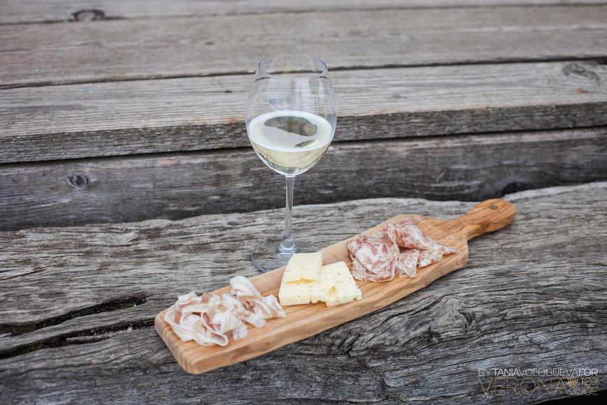 сыр, вино и нарезки колбасные