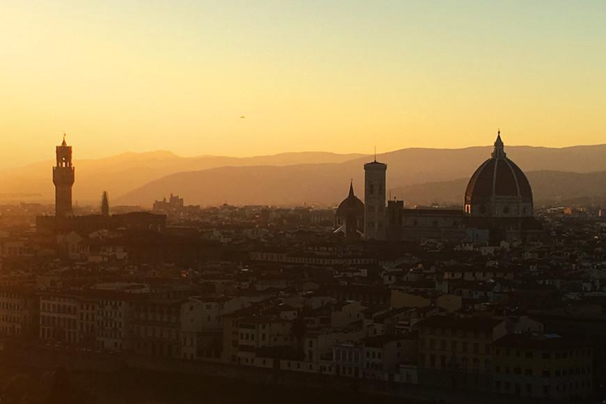 Наверное, только ленивый турист не встречает закат на площади Микеланджело. Придется преодолеть около сотни ступенек, но вид отсюда впечатляющий как днем, так и вечером! Must visit во Флоренции!