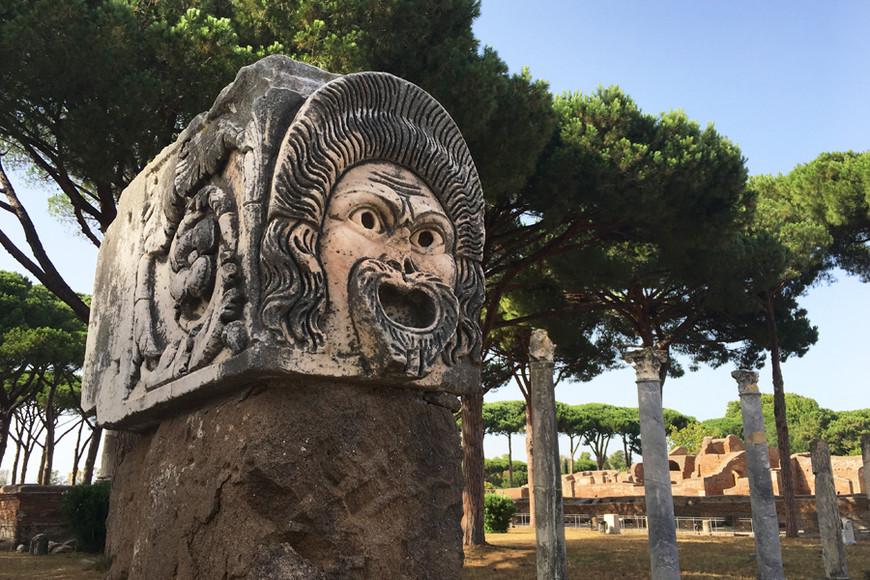 Руины Остии Антики. Древний город, как и Помпеи, но очень хорошо сохранился, и туристов здесь очень мало. Можно затеряться на этих безмолвных древних улицах