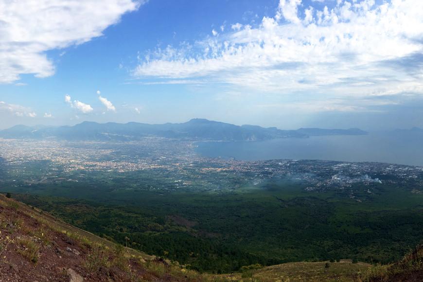 Долго мы покоряли вулкан Везувий! На машине можно доехать до стоянки, после пересесть в микроавтобус, а потом еще пару километров прошагать в гору! По жаре задача не из легких, но оно того стоит. Запасайтесь водой, надевайте удобную обувь, вооружайтесь фотокамерой. Мы оказались на вершине. Внизу Тирренское море и Помпеи, а за теми горами — Сорренто