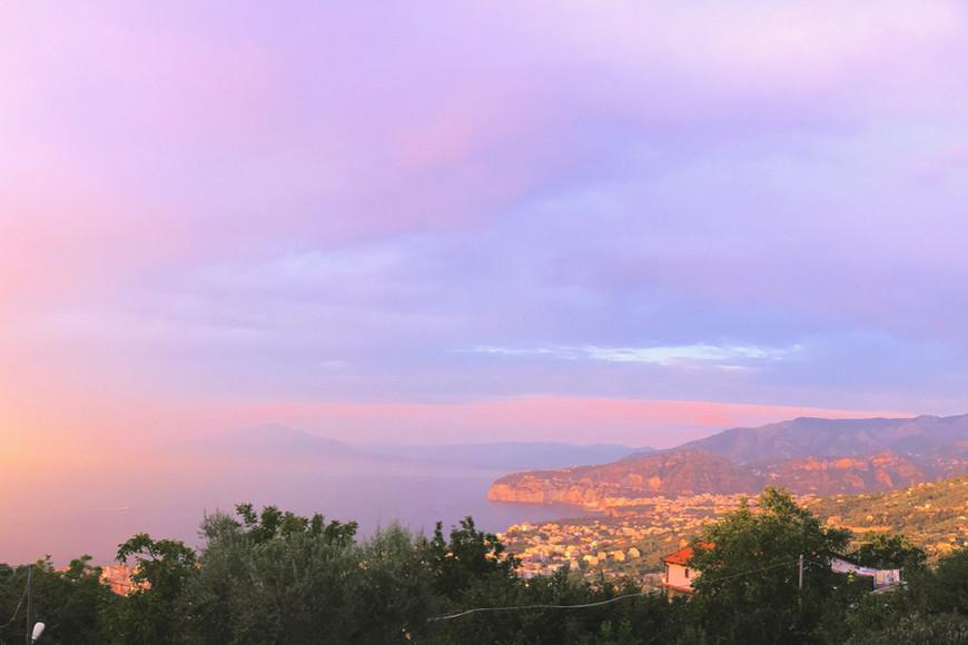 Сорренто, закатная пастель. А тот маленький холмик за облаками — вулкан Везувий