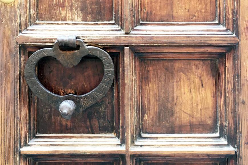 All we need is love.  Помимо живописных стен и балконов, в Венеции там много старинных дверей, который хочется непременно разглядывать. А эта дверная ручка как бы намекает о сути этого города на воде