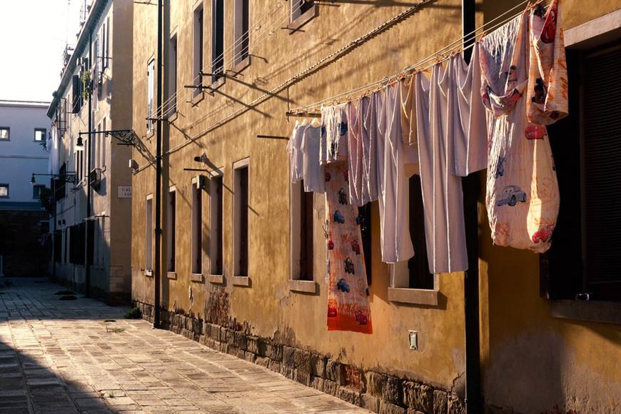 Венеция богата на самобытные детали. Например, развешенное белье на фоне старинных стен выглядит не менее живописно, на мой взгляд. Этим и очаровывает Италия — доверием, открытостью, простотой. Однако, нарушать это уютное пространство не рекомендую — итальянцы те еще скандалисты. В Пизе, например, пожилой итальянец крепко ругался на нас, когда мы поставили машину под его окнами.