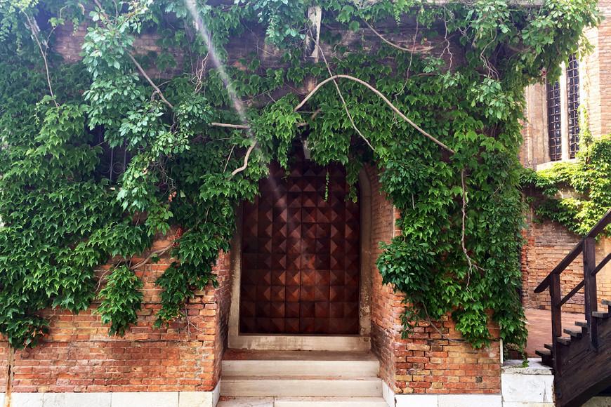 Только представьте, сколько лет этим венецианским стенам. Кажется, эти двери вообще пару столетий не открывались. Что удивительно, есть в Венеции такие дома, к которым не ведут узкие улицы или маленькие мостики. Добраться до них можно только с воды, как, например, к этим ступеням!