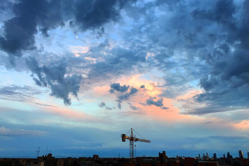 Милан, вид из отеля на сумасводящий закат. Небо как целая Вселенная, которая нас объединяет, где бы мы ни были