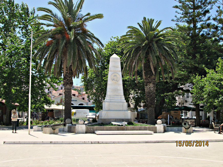 На ней – памятник адмиралам: английскому Кодрингтону (он стоял во главе эскадры союзников), русскому Гейдену и французскому Дериньи.