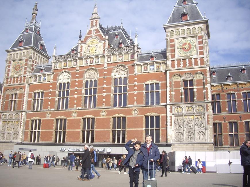 Центральный вокзал Амстердама встречает нас солнышком.Зашли в расположенный прямо напротив выхода из вокзала туристический офис и прикупили карту Амстердама,которая помогла не заблудиться по дороге в наш отель Vondel Park.