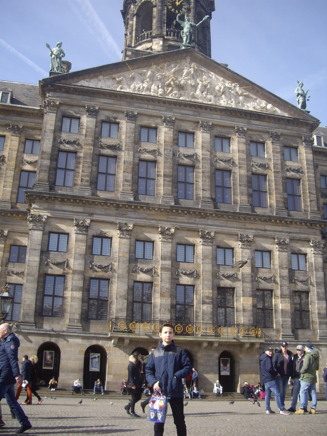 Площадь Дам .Королевский дворец, стоящий на 13 659 деревянных сваях, первая из которых заложена аж в 1648 году.В настоящее время используется для официальных приемов королем Виллемом - Александром.Там же проводятся выставки и экскурсии для туристов.