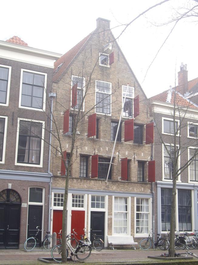 Забавно, что в Голландии ставни открывают всегда перпендикулярно к стене дома.