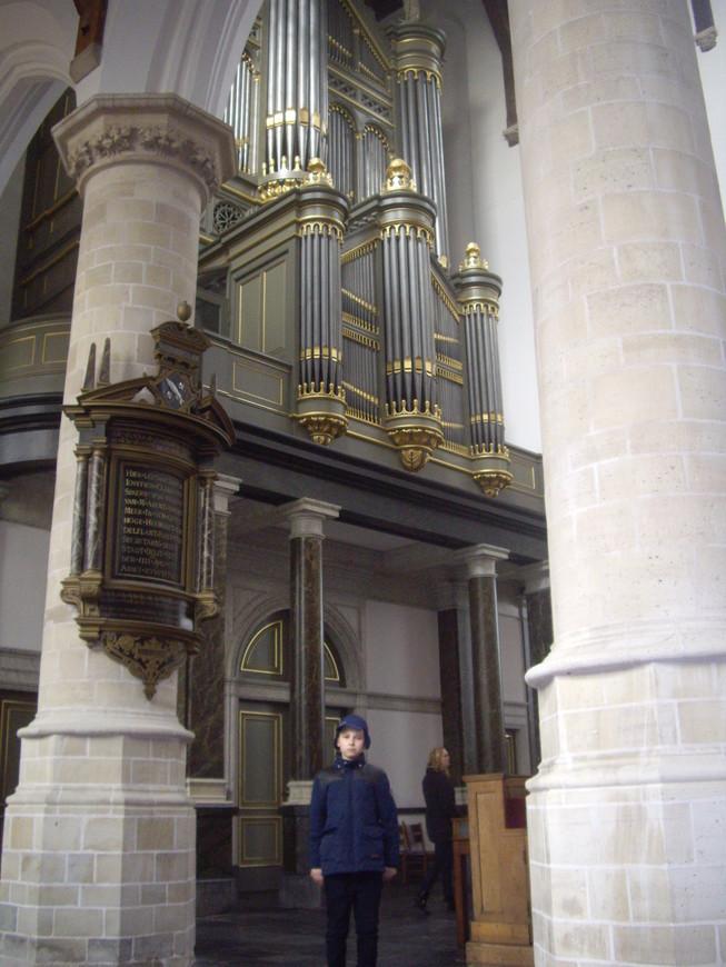 """Орган Старой церкви Делфта.Пока бродили внутри слушали запись органа, исполняющего И.С. Баха, думаю , что когда он играет """"живьем"""" - то можно оглохнуть...."""