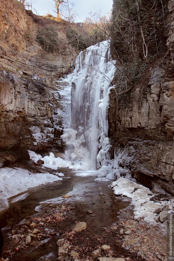 Пока ждала друзей в Тбилиси, сходила к баням и к водопаду, который оказался замерзшим...