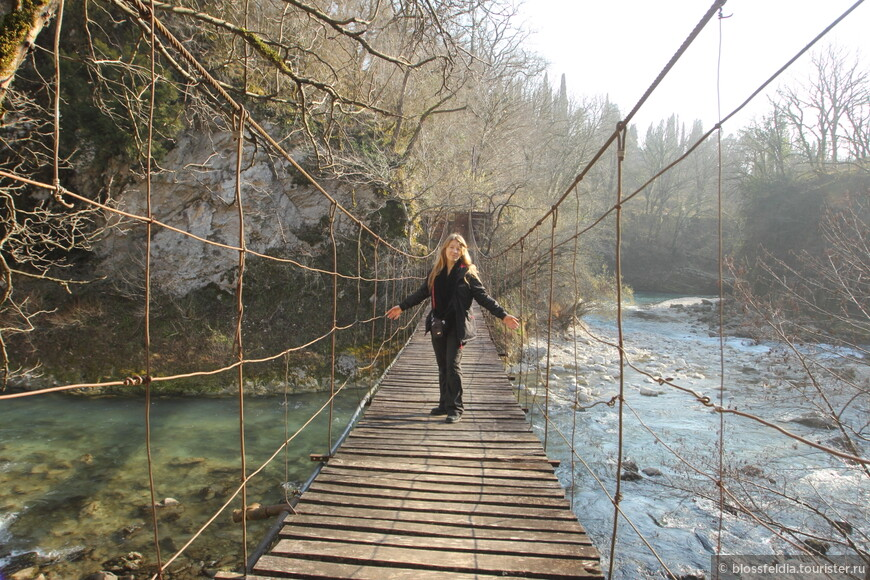 В последнее время каньон превратили в туристическое место. Поставили тикет офис, построили мосты, дорожки над каньоном, для безопасности и для кркасивых фото. Но был понедельник и каньон был закрыт (имейте в виду при планировании). Поэтому мы просто прогулялись к ГЭС и к чудесному мостику.