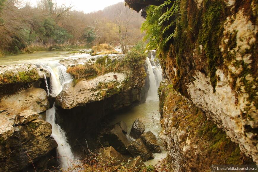 Еще 2 года назад ничего подобного не было. Вход был свободный, но увидеть водопады можно было, пробираясь по скользким тропкам, цепляясь за ветки деревьем, чтобы не упасть, - с риском для жизни. И можно было купатсья... Сейчас купаться запрещено.