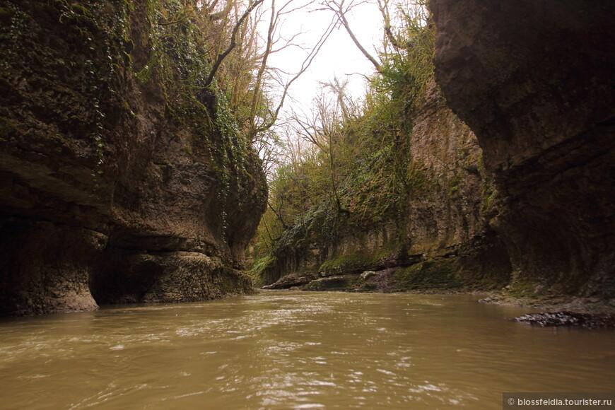 Перенесли посещение каньона на другой день. Пришли к открытию (к 10), заплатили 5 лари с человека за вход и 10 лари с человека за лодку. Поплыли...