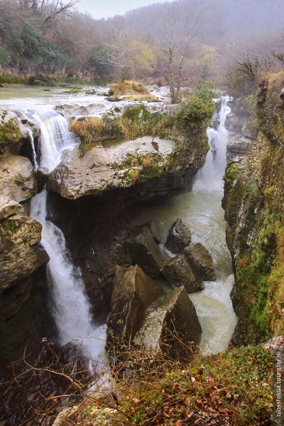 Вот такой водопадище. Красота просто. Без площадки такого не видно было - уж я-то знаю... Даже хорошо, что обустроили место. И народу работу дают, и фотки можно красивые сделать..