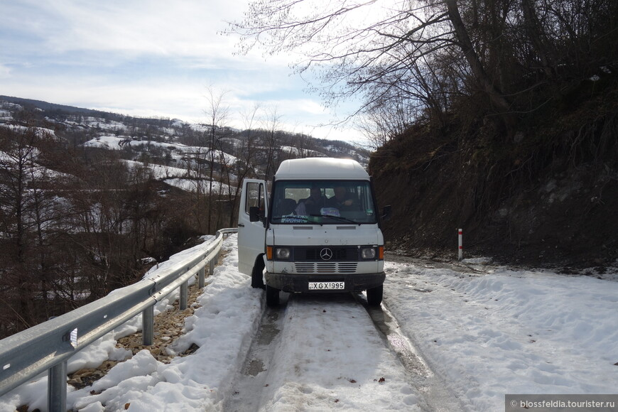 С утра поехали в каньон Окаце - но водитель сказал, что сначала завезет нас дальше - к водопадам Кинчха - он всегда атк туристов возит. Довез до снега. Далее в горку пешком... Угостил рюмочкой чачи, чтобы теплее было лазить по снегам...