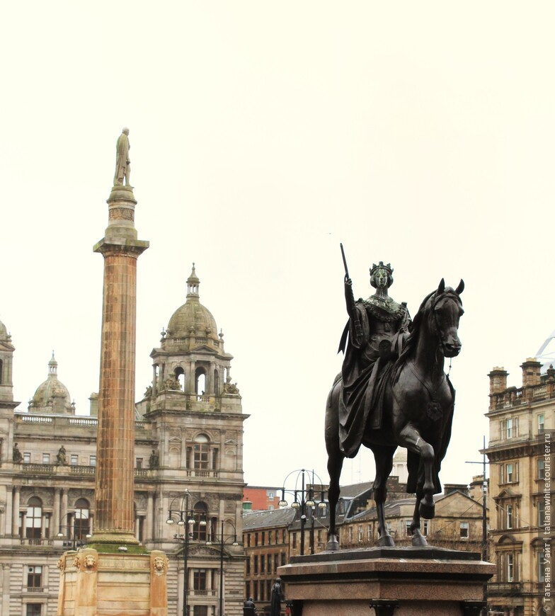 Окраплённая птичьим помётом, но всё же гордая императрица Индии, Британии и других колониальных стран - королева Виктория верхом на коне. Центральная площадь Глазго.