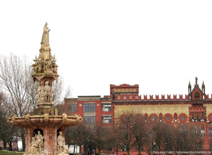 """""""Имперский фонтан"""" -  королева Виктория с 15 метров высоты смотрит на свою империю :-)  На заднем плане - ковровая фабрика Темплетон (1892). Сейчас в этом здании с 1984 г. бизнес центр...Архитектор очень хотел повторить фасад Дворца дожей в Венеции."""