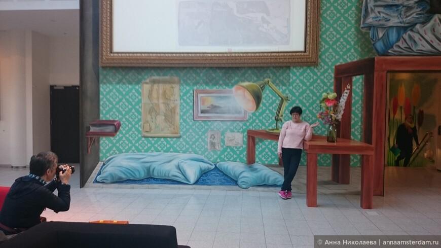 Уникальный интерьер одного из отеля Амстердама. На фотографии под определенным углом создается ощущение, что комната настоящая, а не нарисованная на стене.