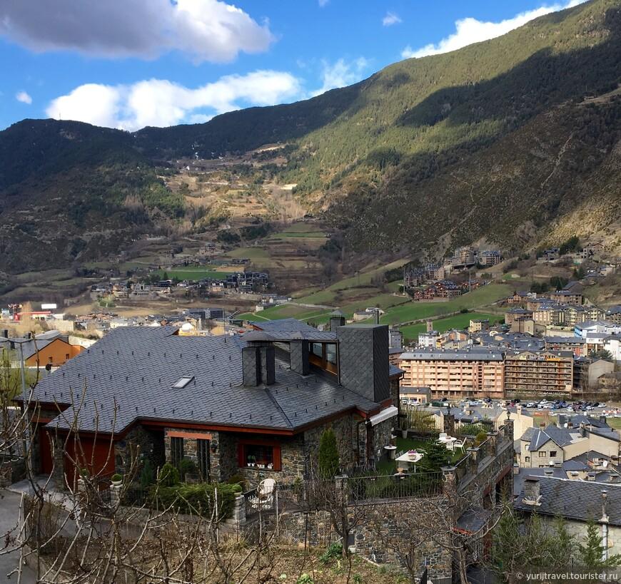 Городку не чужды и отдельно стоящие коттеджи, которые включают в себя и маленькие огородики, разбитые на склонах возле дома