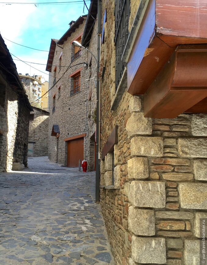 Стены всех домов аккуратно выложены натуральным камнем. Никакой внешней штукатурки.