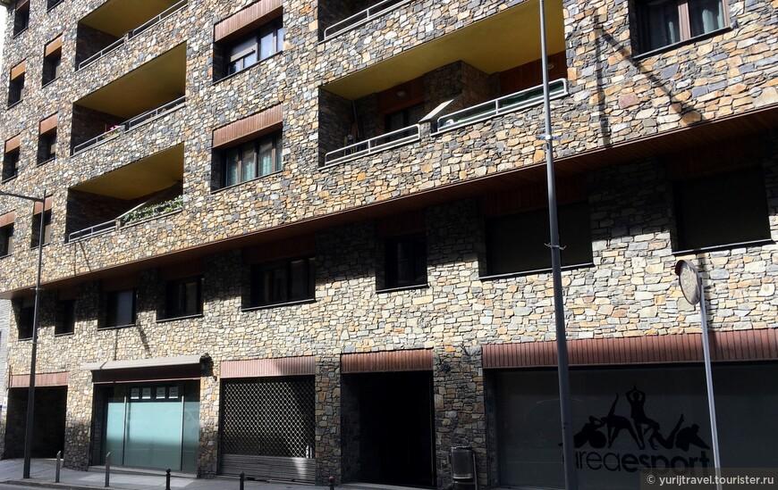 Типичный жилой дом, отель. Стены домов отделаны натуральным камнем