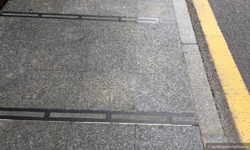 """Поражает качество тротуаров! Они не только выполнены из гранитных плит, но еще и """"прошиты"""" орнаментными полосками из гранита другого цвета"""