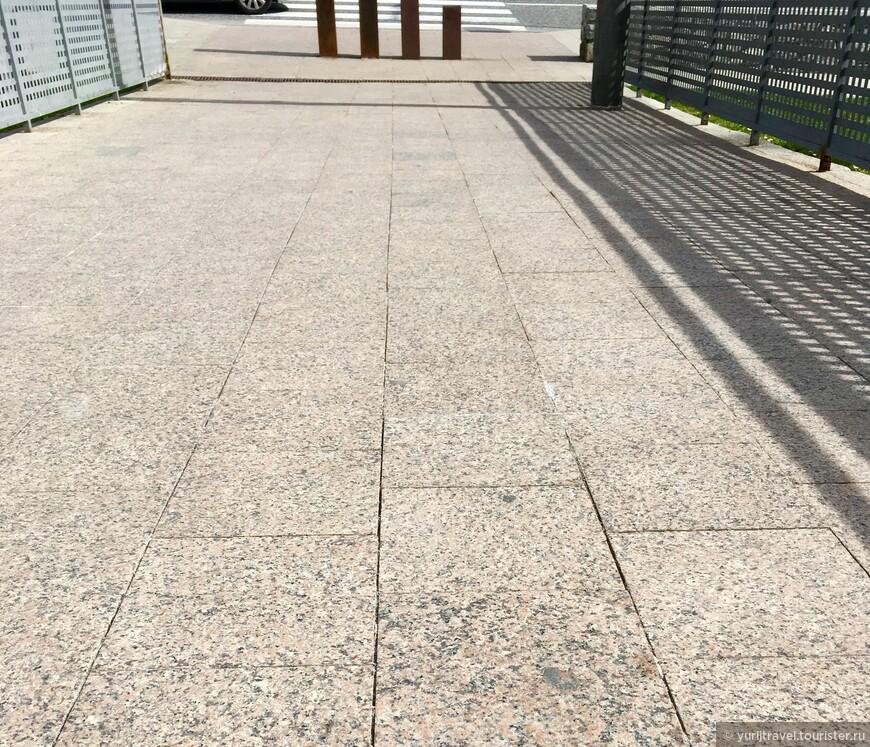 Все дорожки и мостики в городке-поселке выполнены из гранитных плит различных оттенков. И даже такого, из которого сделан известный всем Мавзолей в Москве ...