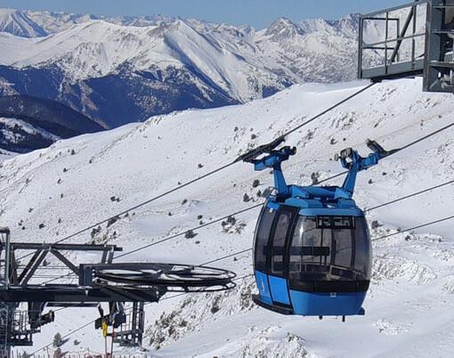 Каждая такая кабина вмещает 24 лыжника и за 15-18 минут достигает вершины горы Collada D'Enradort (2506 м)