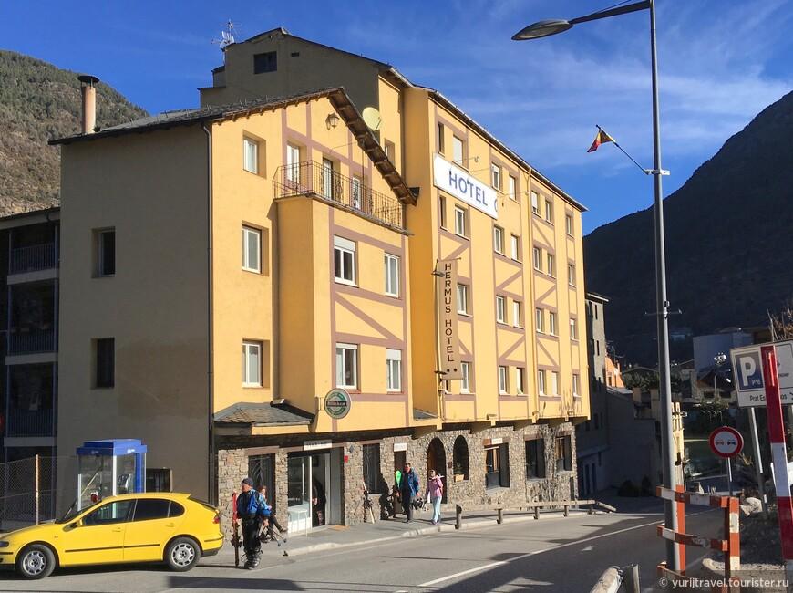 """Отель Hermus 2* имеет хорошее  расположение - 350 м от подъемника Фуникамп. Остановка автобуса Free Ski Bus в 50 м.  Даже как-то неудобно останавливать автобус - ехать - """"совсем ничего"""" ..."""