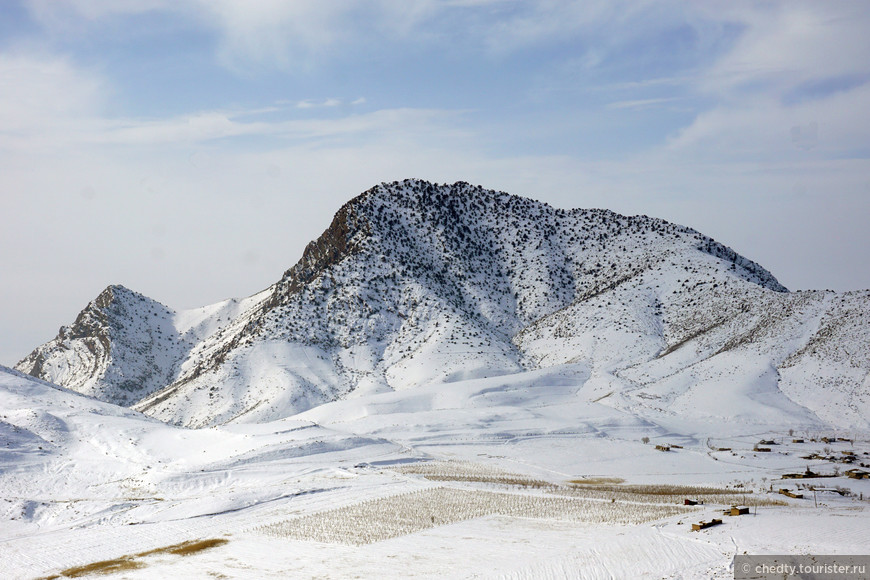 Жизнь в горах зимой становится очень медленной. На мой вопрос: «Почему не отремонтирована машина», механик задумчиво ответил: «Зима»