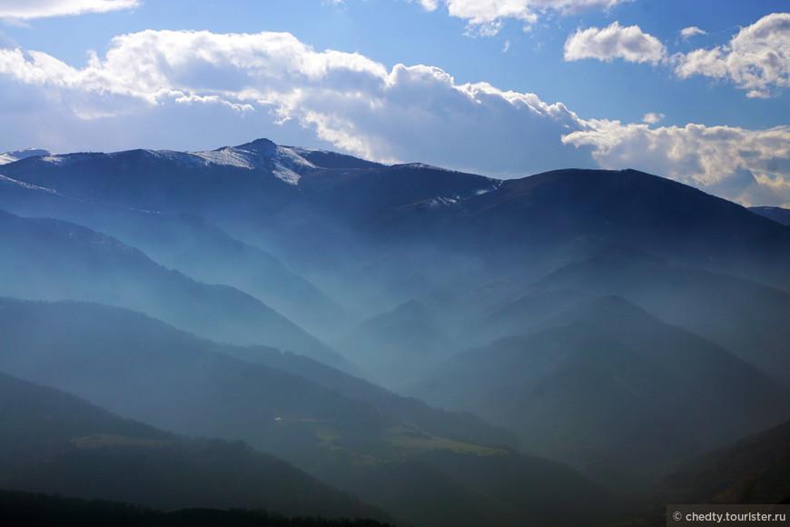 Утром солнце и облака не могут решить, кто сегодня главнее?