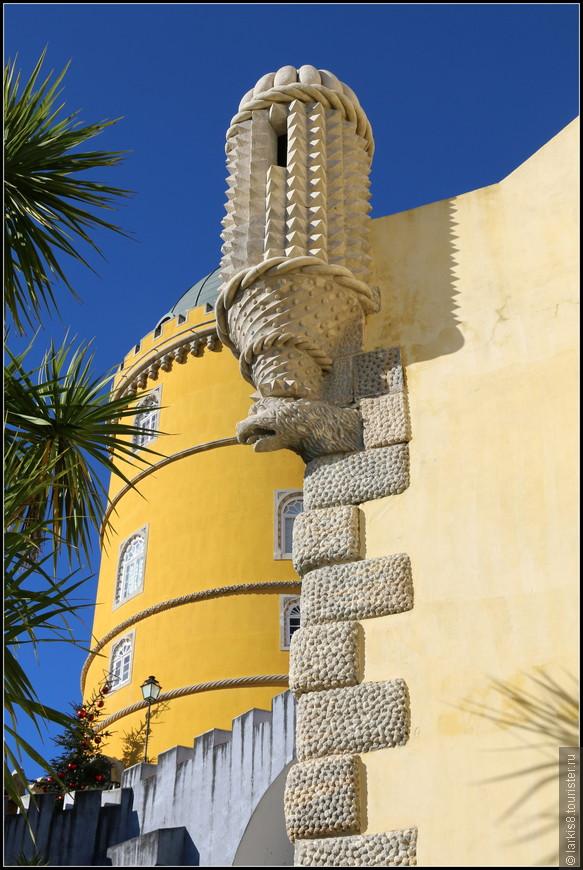 Заколдованные каменные чудовища зорко следят за всеми гостями дворца.